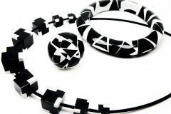 Kombination-Kette-Armband-und-Ring-Harz-CUBES-schwarz-weiss-1-scaled