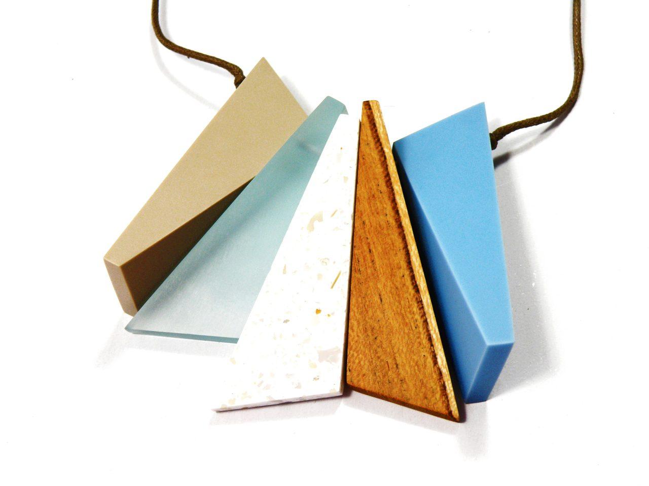Halskette Harz und Holz mit Anhänger mehrfarbige Dreiecke